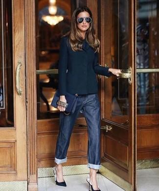 Come indossare e abbinare un blazer nero: Questo abbinamento di un blazer nero e jeans boyfriend blu scuro attira l'attenzione per le ragioni giuste. Décolleté in pelle neri e bianchi sono una valida scelta per completare il look.