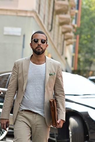 Come indossare e abbinare: blazer beige, t-shirt girocollo bianca, jeans beige, pochette in pelle marrone