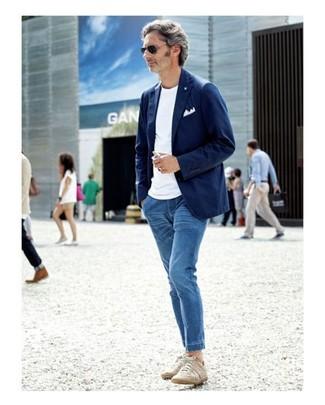 Come indossare e abbinare: blazer di cotone blu scuro, t-shirt girocollo bianca, jeans blu, sneakers basse beige