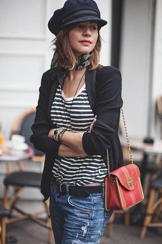 Come indossare e abbinare: blazer nero, t-shirt girocollo a righe orizzontali bianca e nera, jeans strappati blu, borsa a tracolla in pelle rossa