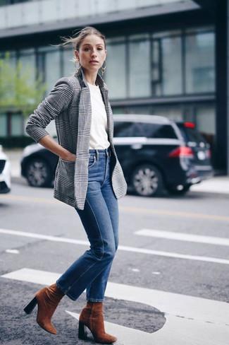 Come indossare e abbinare: blazer scozzese grigio, t-shirt girocollo bianca, jeans blu, stivaletti in pelle scamosciata terracotta