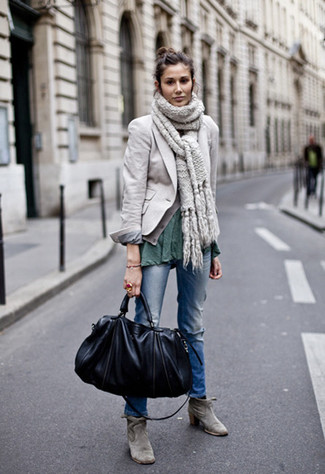 Come indossare e abbinare: blazer grigio, t-shirt girocollo verde scuro, jeans strappati blu, stivaletti in pelle scamosciata grigi