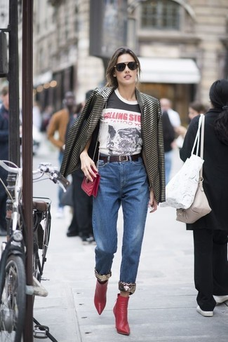 Come indossare: blazer a righe orizzontali nero, t-shirt girocollo stampata bianca e nera, jeans blu, stivaletti in pelle rossi