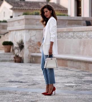 Come indossare e abbinare: blazer bianco, t-shirt girocollo a righe orizzontali bianca e rossa, jeans blu, décolleté in pelle scamosciata rossi