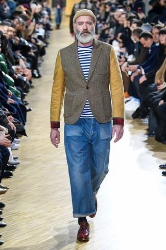 Come indossare: blazer verde oliva, t-shirt girocollo a righe orizzontali bianca e blu, jeans blu, scarpe derby in pelle bordeaux