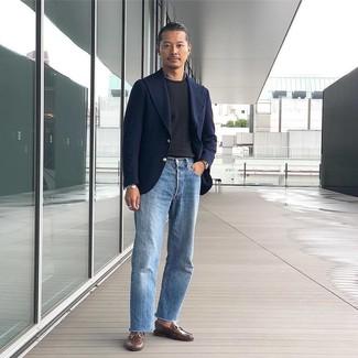 Come indossare e abbinare: blazer di lana blu scuro, t-shirt girocollo nera, jeans azzurri, mocassini eleganti in pelle marroni