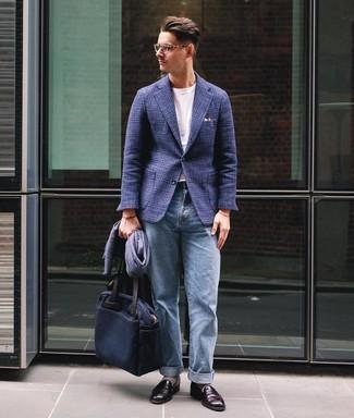 Come indossare e abbinare: blazer di lana scozzese blu scuro, t-shirt girocollo bianca, jeans azzurri, mocassini eleganti in pelle bordeaux