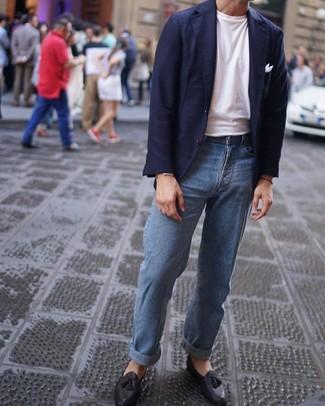 Come indossare e abbinare: blazer blu scuro, t-shirt girocollo bianca, jeans azzurri, mocassini con nappine in pelle neri