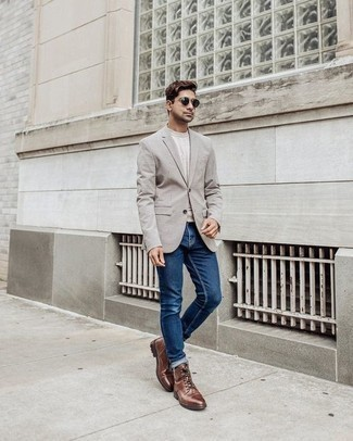Come indossare e abbinare jeans blu: Coniuga un blazer grigio con jeans blu, perfetto per il lavoro. Stivali casual in pelle marroni sono una valida scelta per completare il look.