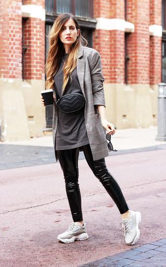 Come indossare: blazer scozzese grigio, t-shirt girocollo grigio scuro, leggings in pelle neri, scarpe sportive grigie