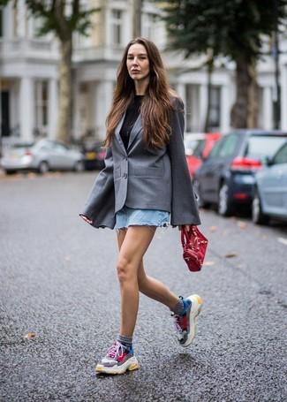 Come indossare: blazer grigio, t-shirt girocollo nera, minigonna di jeans azzurra, scarpe sportive multicolori