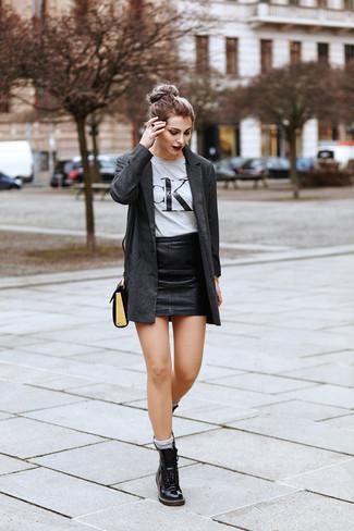 Come indossare: blazer grigio scuro, t-shirt girocollo stampata grigia, minigonna in pelle nera, stivali piatti stringati in pelle neri