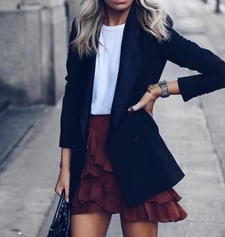 Come indossare: blazer nero, t-shirt girocollo bianca, minigonna con volant bordeaux, borsa shopping in pelle nera