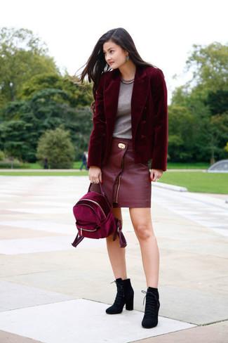 Come indossare e abbinare: blazer di velluto bordeaux, t-shirt girocollo grigia, minigonna in pelle rossa, stivaletti con lacci in pelle scamosciata neri
