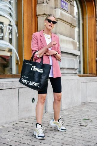 Come indossare: blazer rosa, t-shirt girocollo bianca, pantaloncini ciclisti neri, scarpe sportive bianche