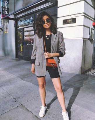 Come indossare: blazer scozzese grigio, t-shirt girocollo nera, pantaloncini ciclisti neri, sneakers basse bianche