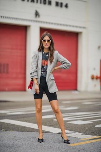 Come indossare e abbinare: blazer grigio, t-shirt girocollo stampata grigio scuro, pantaloncini ciclisti neri, décolleté di tela stampati neri e bianchi
