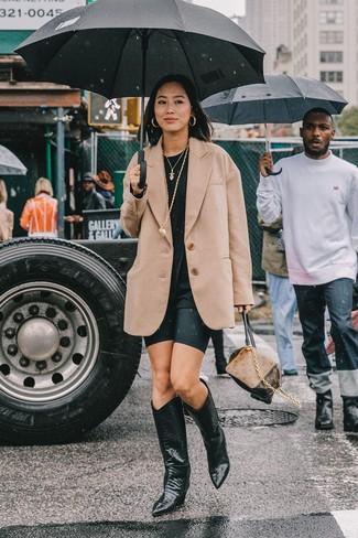 Come indossare: blazer di lana marrone chiaro, t-shirt girocollo nera, pantaloncini ciclisti neri, stivali da cowboy in pelle neri