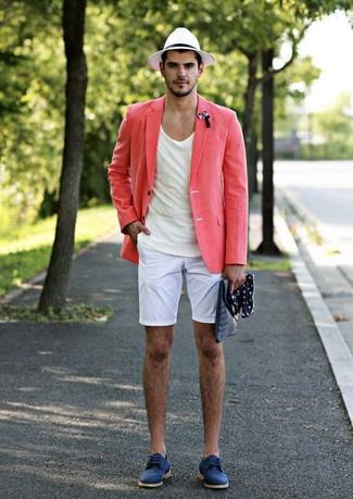 Come indossare e abbinare: blazer di lino rosa, t-shirt girocollo bianca, pantaloncini bianchi, scarpe derby in pelle scamosciata blu