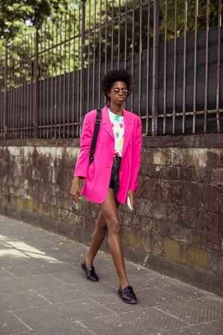 Come indossare e abbinare: blazer fucsia, t-shirt girocollo effetto tie-dye bianca, pantaloncini in pelle neri, mocassini eleganti in pelle neri