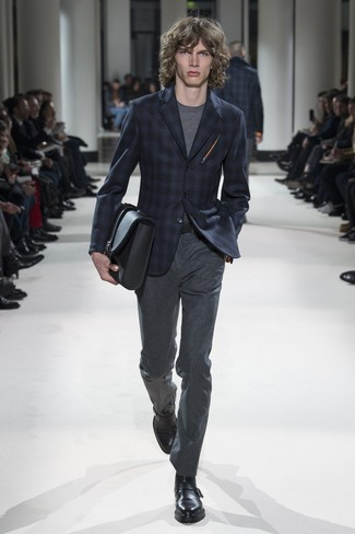 Indossa un blazer scozzese blu scuro di Ermenegildo Zegna e pantaloni eleganti di lana grigio scuro per essere sofisticato e di classe. Questo outfit si abbina perfettamente a un paio di scarpe con fibbia in pelle nere.