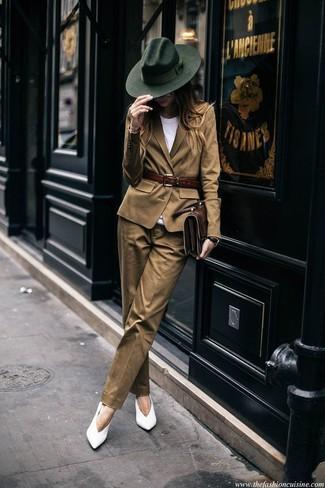 Come indossare e abbinare un blazer marrone chiaro: Coniuga un blazer marrone chiaro con pantaloni eleganti marrone chiaro se preferisci uno stile ordinato e alla moda. Décolleté in pelle bianchi sono una splendida scelta per completare il look.