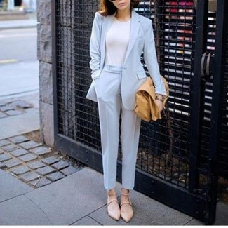 Come indossare e abbinare: blazer azzurro, t-shirt girocollo bianca, pantaloni eleganti azzurri, ballerine in pelle beige