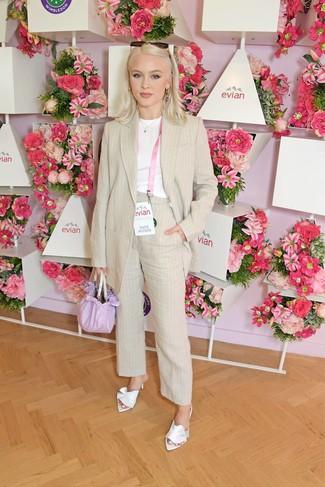 Look alla moda per donna: Blazer di lino a righe verticali beige, T-shirt girocollo bianca, Pantaloni eleganti di lino a righe verticali beige, Sabot di raso bianchi