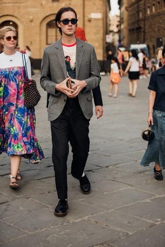 Come indossare e abbinare: blazer di lana grigio, t-shirt girocollo stampata bianca, pantaloni eleganti di lana neri, scarpe derby in pelle nere