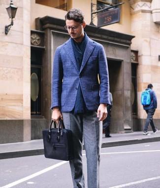 Come indossare e abbinare: blazer di lana scozzese blu scuro, t-shirt girocollo blu scuro, pantaloni eleganti di lana grigi, ventiquattrore in pelle nera