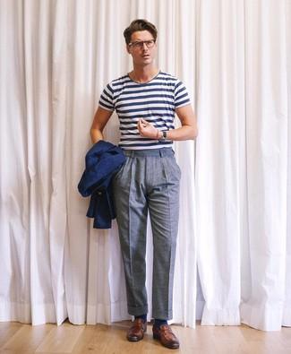 Come indossare e abbinare: blazer blu scuro, t-shirt girocollo a righe orizzontali bianca e blu scuro, pantaloni eleganti di lana blu, mocassini eleganti in pelle marroni