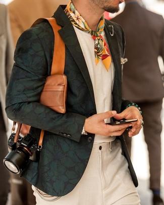 Come indossare e abbinare: blazer a fiori verde scuro, t-shirt girocollo bianca, pantaloni eleganti di lino beige, bandana a fiori gialla
