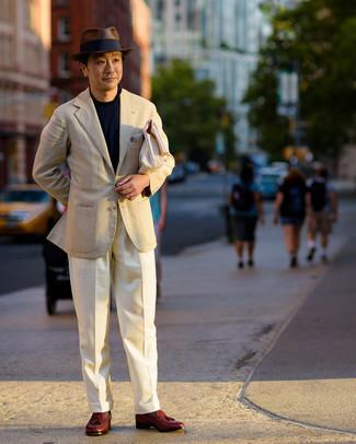 Moda uomo anni 40: Scegli un outfit composto da un maglione girocollo blu scuro per un fantastico look da sfoggiare nel weekend.