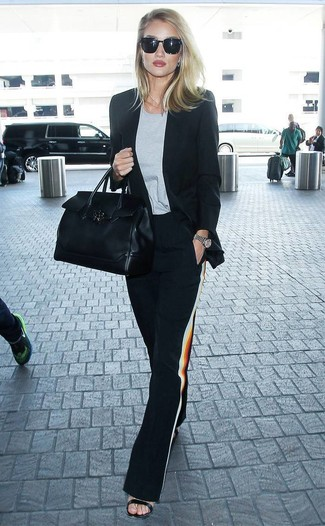 Come indossare: blazer nero, t-shirt girocollo grigia, pantaloni larghi neri, sandali con tacco in pelle neri