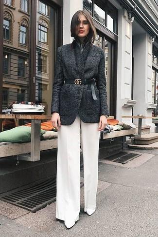Come indossare e abbinare una cintura a vita alta in pelle nera: Coniuga un blazer di lana grigio scuro con una cintura a vita alta in pelle nera per un look perfetto per il weekend. Stivaletti in pelle bianchi sono una interessante scelta per completare il look.