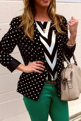 Come indossare e abbinare una t-shirt girocollo con motivo a zigzag bianca e nera: Impreziosisci il tuo lokk per il tempo libero con una t-shirt girocollo con motivo a zigzag bianca e nera e pantaloni skinny verdi.