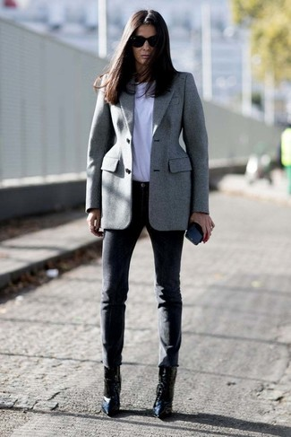 Come indossare: blazer grigio, t-shirt girocollo bianca, pantaloni skinny neri, stivaletti in pelle neri