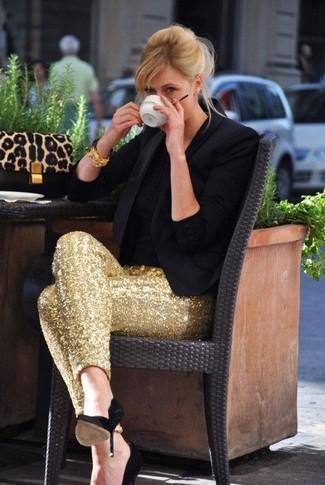Come indossare: blazer nero, t-shirt girocollo nera, pantaloni skinny con paillettes dorati, décolleté in pelle scamosciata neri