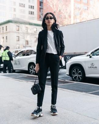 Come indossare: blazer nero, t-shirt girocollo bianca, pantaloni stretti in fondo neri, scarpe sportive nere