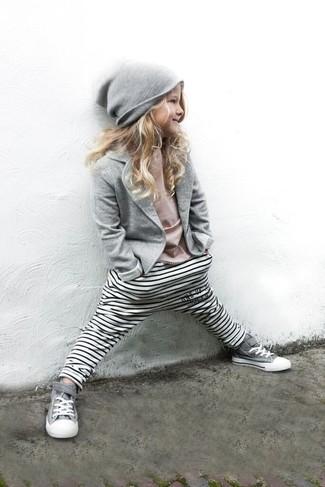 Come indossare: blazer grigio, t-shirt rosa, leggings a righe orizzontali bianchi, sneakers grigie