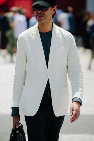 Come indossare e abbinare: blazer bianco, t-shirt manica lunga blu scuro, chino di velluto a coste neri, ventiquattrore in pelle nera