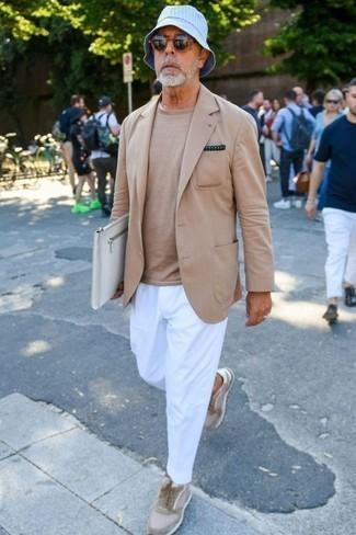 Trend da uomo 2020 in estate 2020: Potresti abbinare un blazer marrone chiaro con chino bianchi per un look davvero alla moda. Sneakers basse in pelle scamosciata beige renderanno il tuo look davvero alla moda. Un outfit splendido per essere cool e trendy anche durante la stagione calda.