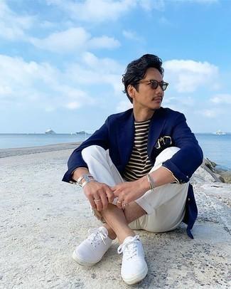 Trend da uomo 2020: Abbina un blazer blu scuro con chino bianchi per un look elegante ma non troppo appariscente. Per un look più rilassato, opta per un paio di sneakers basse di tela bianche.
