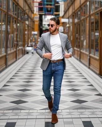 Come indossare e abbinare jeans aderenti blu: Prova a combinare un blazer grigio con jeans aderenti blu per un look raffinato per il tempo libero. Calza un paio di stivali chelsea in pelle scamosciata marroni per un tocco virile.