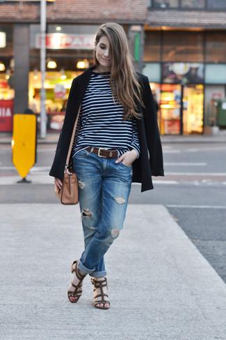 Come indossare e abbinare: blazer nero, t-shirt manica lunga a righe orizzontali blu scuro e bianca, jeans boyfriend strappati blu, sandali gladiatore in pelle marrone scuro