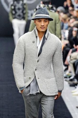 Come indossare e abbinare: blazer di lana lavorato a maglia grigio, t-shirt manica lunga grigia, pantaloni eleganti di lana grigi, borsalino di lana grigio scuro