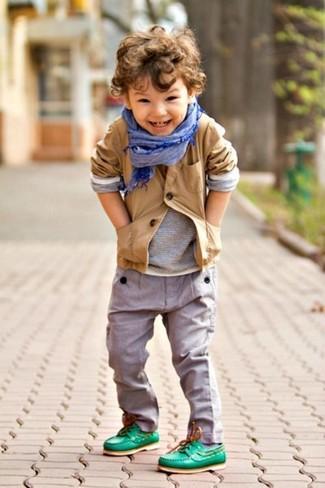 Come indossare e abbinare: blazer marrone chiaro, t-shirt manica lunga grigia, pantaloni grigi, scarpe da barca verdi
