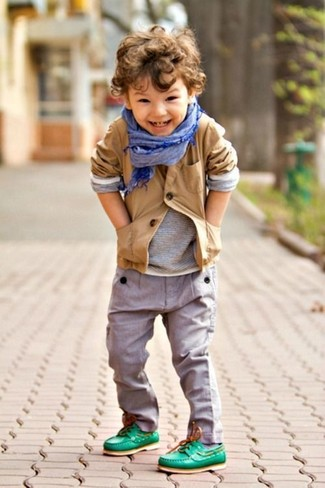 Come indossare: blazer marrone chiaro, t-shirt manica lunga grigia, pantaloni grigi, scarpe da barca verdi