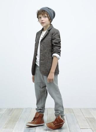 Come indossare: blazer grigio, t-shirt manica lunga bianca, pantaloni sportivi grigi, stivali marroni