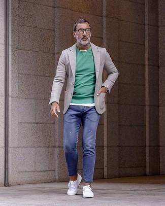 Come indossare e abbinare un blazer grigio con jeans blu in modo rilassato: Prova a combinare un blazer grigio con jeans blu per vestirti casual. Non vuoi calcare troppo la mano con le scarpe? Calza un paio di sneakers basse di tela bianche per la giornata.